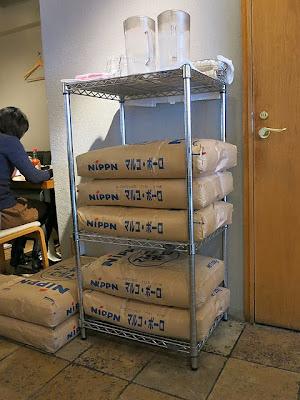 店内に置かれたNIPPNマルコポーロ小麦粉袋