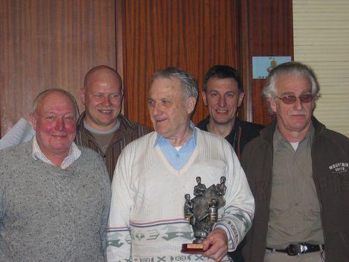 De laureaten nog eens op een rij: vlnr. Felix Van Rossem (3e), Danny Vergauwe (4e), Jef Sienaert (1e), Leo (jury) en Raf Viaene (2e)
