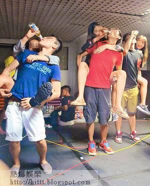 活動要求男生揹起女生,再由女生向男生鬥快灌酒。(互聯網圖片)