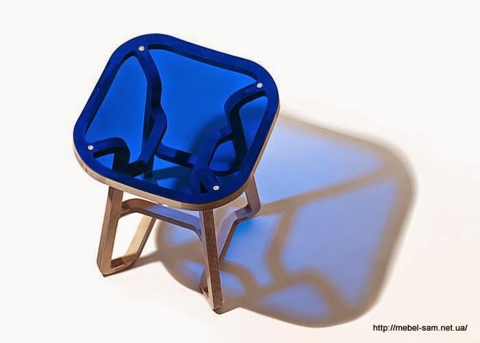 Сиденье фанерного стула выполнено из прозрачного ярко синего пластика