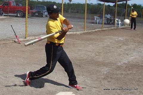 Antonio Lozando bateando por Agua y Drenaje en el softbol del Club Sertoma