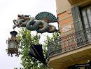 En la esquina de la Casa de los Paraguas hay un dragón chino con paraguas, por supuesto.