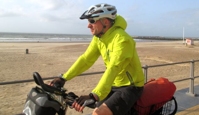 Chris on the Bike an der Strand-Promenade von Ostende, Belgien