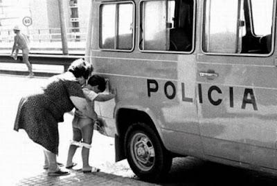 Mucha policia, poca diversión. Meando