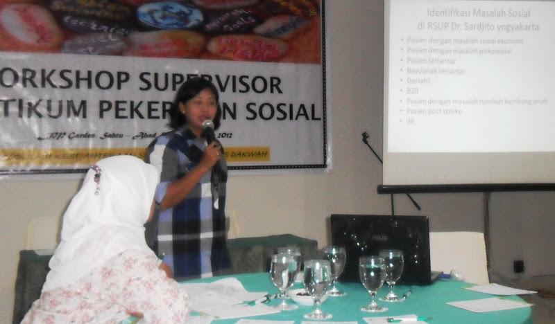 Kristina Ririn Kristianti menyampaikan pengalamannya sebagai pekerja sosial medis di rsup dr. sardjito