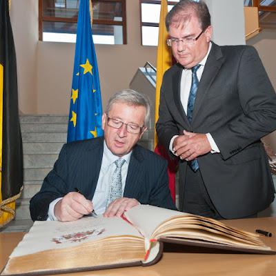 Premierminister Jean-Claude Juncker trägt sich im Beisein von Bürgermeister Joachim Schuster ins goldene Buch der Zähringerstadt ein.