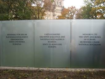 Drei Gedenktafeln im Park.