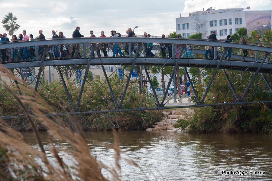 """Мостик """"Влюбленных"""" в устье реки Яркон. Экскурсия по реке Яркон в Тель Авиве и Яффо. Гид в Израиле Светлана Фиалкова."""