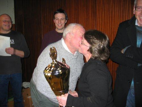 Het tornooi is dit keer gewonnen door Felix Van Rossom. Hier krijgt hij de beker en 3 kussen van Annick.