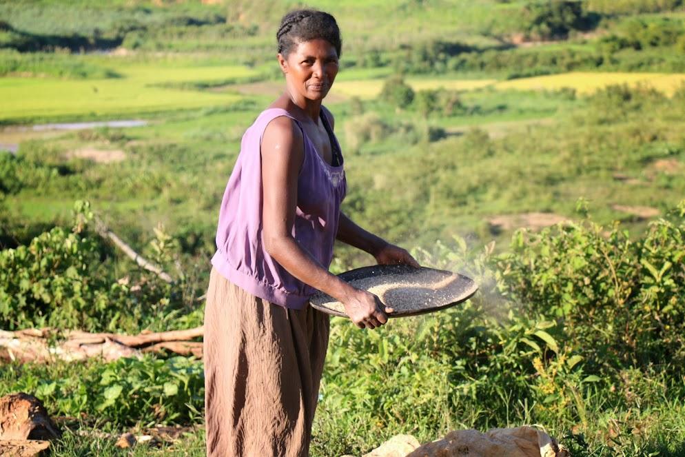Lipa, la cuisinière de notre cantine d'Ambinanindrano, en train de tamiser le riz.