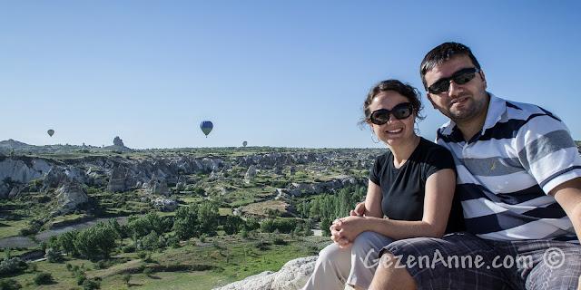 Kapadokya'da Göreme'de balonlara karşı