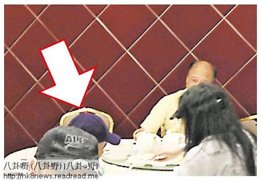 劉家輝(箭嘴示)跟親友到酒樓歎下午茶,也揀了角落位置,相信是不想引起注目。