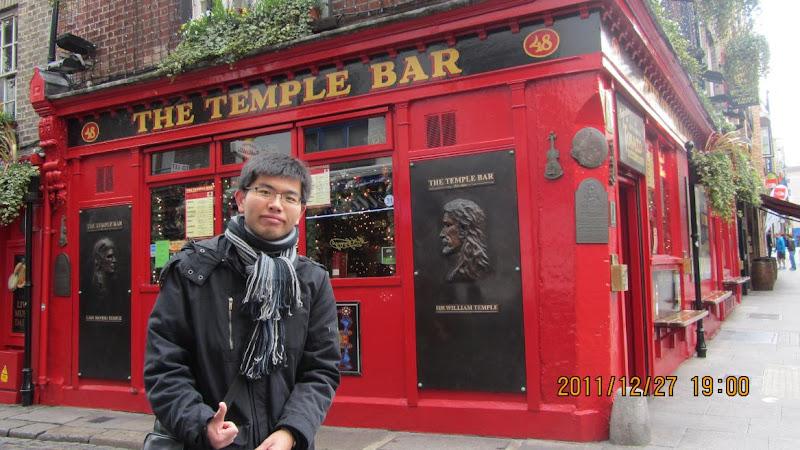 我在都柏林最著名的Temple Bar前~!
