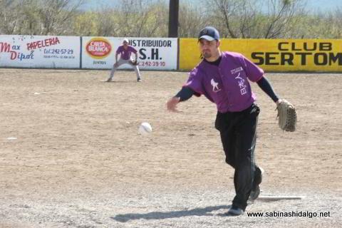 Américo Quiroga de Japoneses en el softbol del Club Sertoma