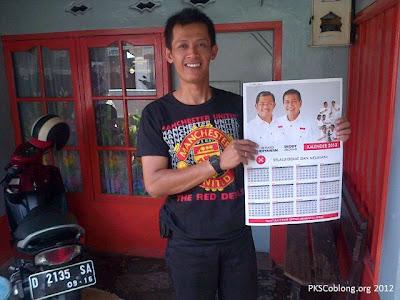 fans MU senang memdapatkan kalender 2013 gratis