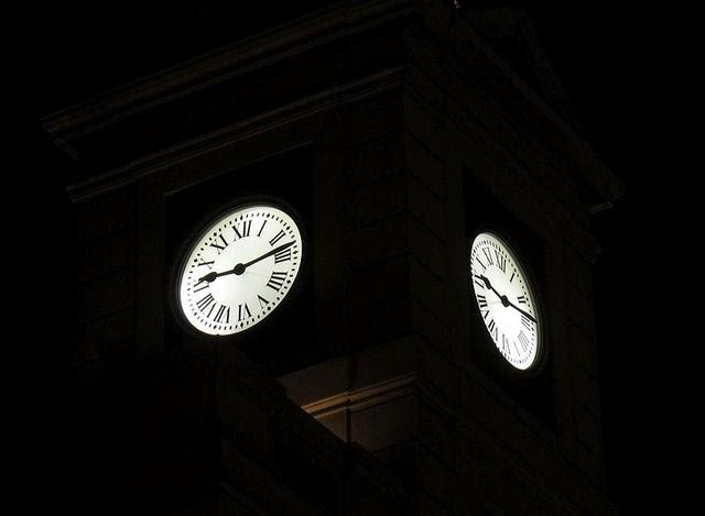 El reloj de la puerta del sol est a punto viendo madrid for Fotos reloj puerta del sol madrid