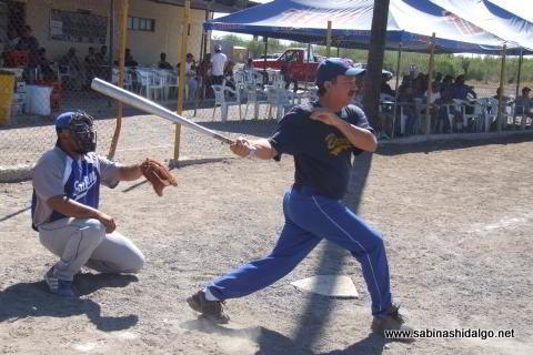 Baldomero Botello bateando por Diablos en el softbol del Club Sertoma