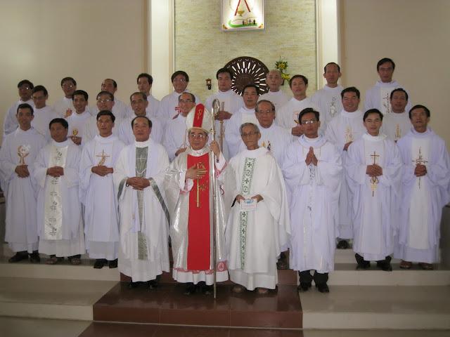 Cha Giêrađô Nguyễn Quang Minh tân quản xứ Giáo xứ Vạn Giã