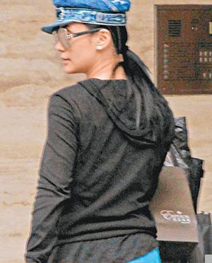 阿嬌昨日被爆「分」訊後首次露面,下車後她懶理記者叫喚急急入屋。