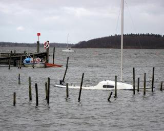 En båd er sunket i bådelauget