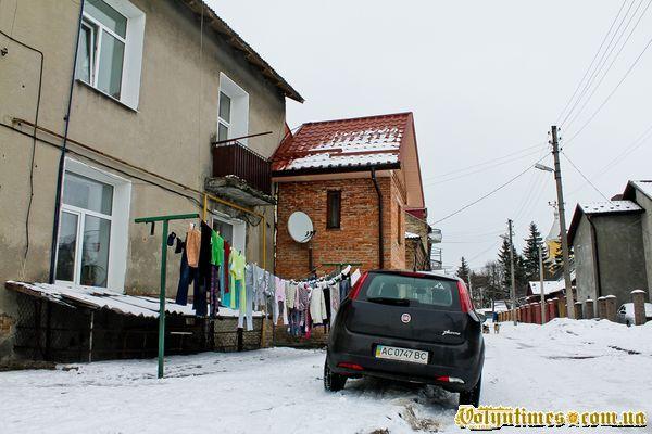 """""""Тут була Вірменська церква, Бога в ній молили... Нині тут висять лиш шмати, й самобуд втулили..."""""""