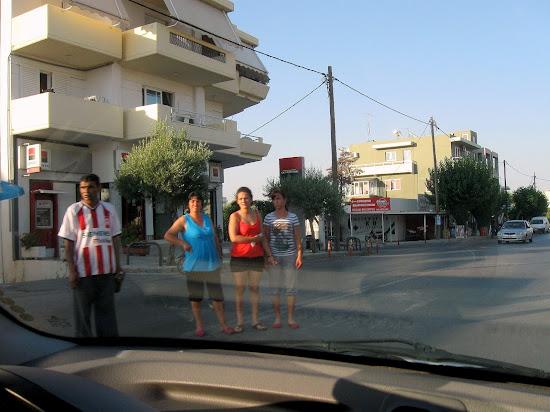 rodzina na środku drogi