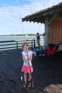 Lucie a pêché un poisson!!!
