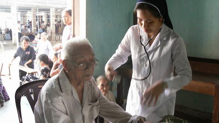 Ban Y Tế Khiết Tâm khám phát thuốc người nghèo tại Giáo xứ Cây Vông