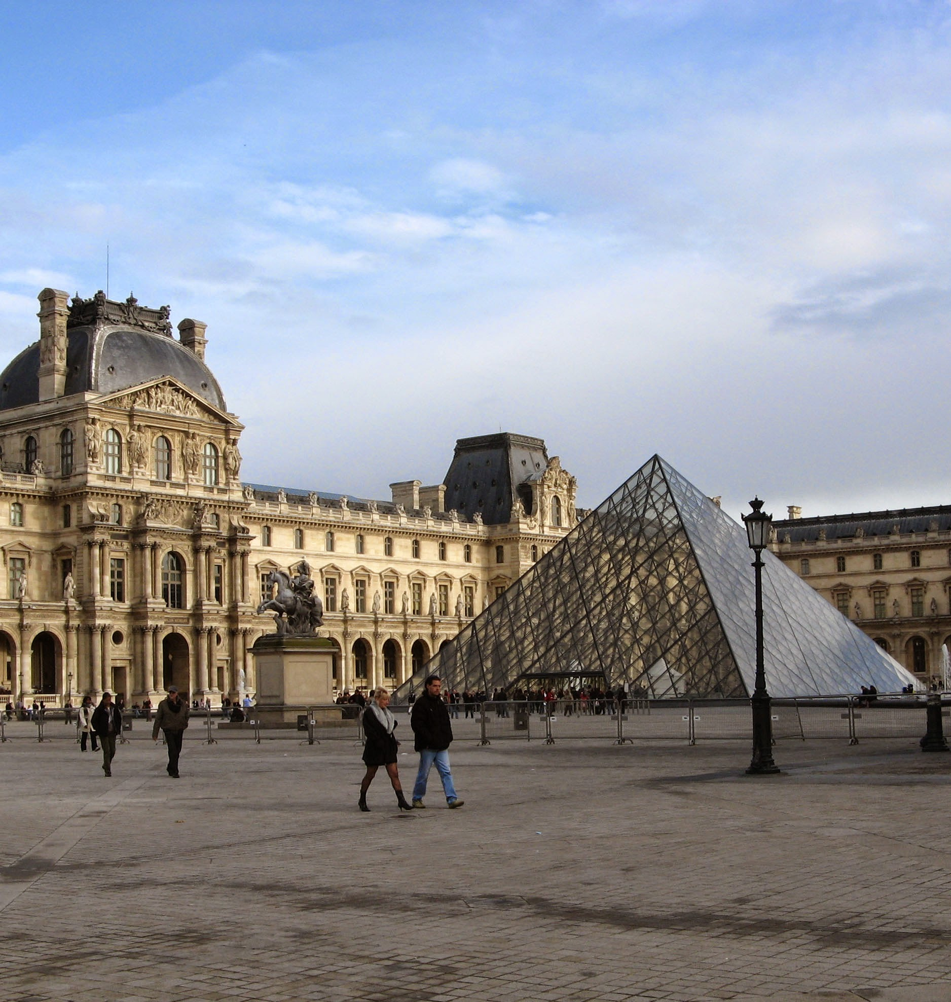 Symbolic meaning of the louvre paris france for Define architect