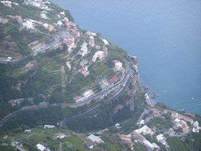 山の斜面に建つ家々