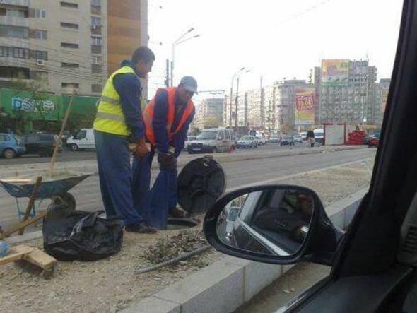 Obreros arreglando las alcantarillas
