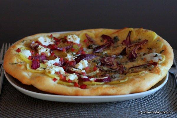 zweierlei kartoffel pizza mit speck ziegenfrischk se und rosmarin mit gorgonzola und thymian. Black Bedroom Furniture Sets. Home Design Ideas
