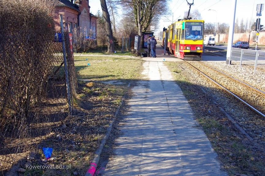 Obecnie jest tu wasko, ale będzie 2 metry szerokości drogi dla rowerów i 1,5 metra chodnika.