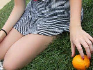 Niña y naranja