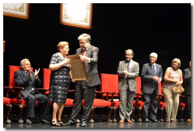 Recibe su diploma acreditativo de manos del alcalde Lucia Gómez Román.