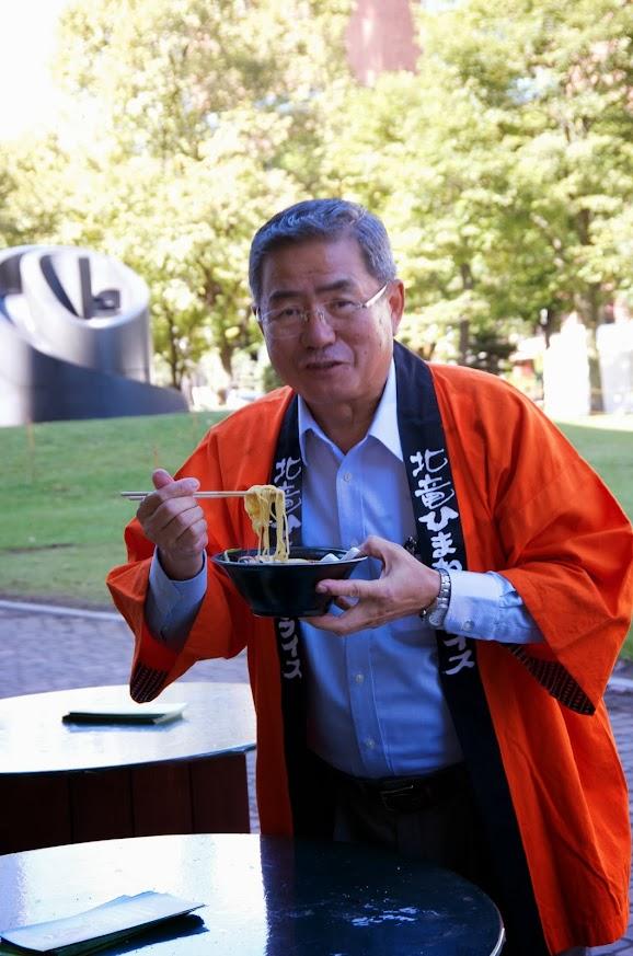 黒龍味噌麺を味わう佐野豊町長