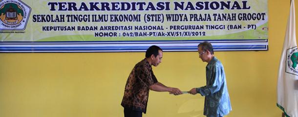 Ketua TIM Akreditasi menyerahkan hasil Akreditasi kepada Ketua STIE Widya Praja