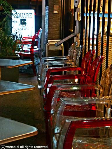 赤と白のカフェ