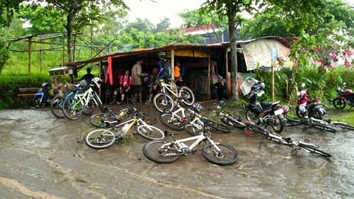 Hujan semakin deras dan kami melewati warung yang terletak di kawasan wisata Coban Rais. Istirahat dulu deh sambil mengisi perut untuk jam makan siang. Menu : Teh hangat, mie instan, bakso, dan gorengan :D
