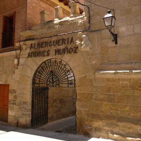 Entrada al albergue de peregrinos Andrés Muñoz, en pleno casco histórico de Viana