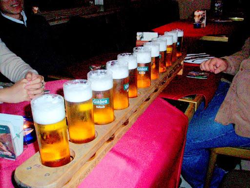 ケルンのバーで飲んだケルシュが1mほどの板で運ばれれてきました