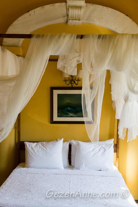 Bozcaada, Otel Kaikias'da kaldığımız odadaki cibinlikli yatak