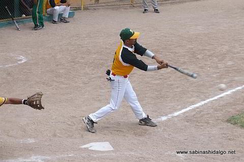 Magdaleno García bateando por Amigos en el softbol dominical
