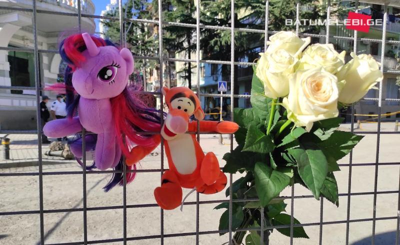 """Люди несут цветы и игрушки к месту, где обрушился жилой дом в Батуми. Погибли девять человек, из них трое дети. Фото: """"Батумелеби""""/Манана Квелиашвили"""