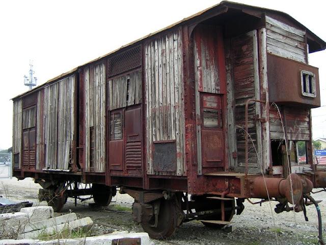 Il vagone usato per il trasporto delle persone ai campi di concentramento, un tempo parcheggiato in un binario alla stazione di San Donà