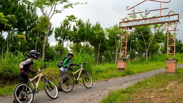 Kami akan menuju Kraton Gunung Kawi. Terlihat dalam gambar, ada gapura wana wisata Kraton Gunung Kawi yang menyambut kedatangan kami.