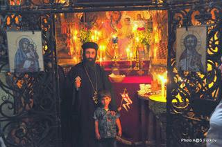 Коптский монах Азария в Храме Гроба Господня. Экскурсия Иерусалим для семей с детьми. Гид в Израиле Светлана Фиалкова.