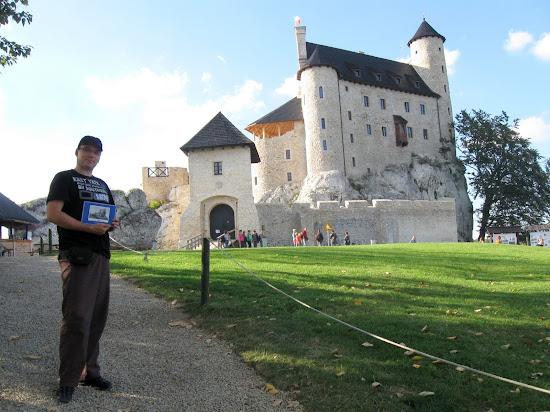 przed zamkiem Bobolice z książką z odbudowy