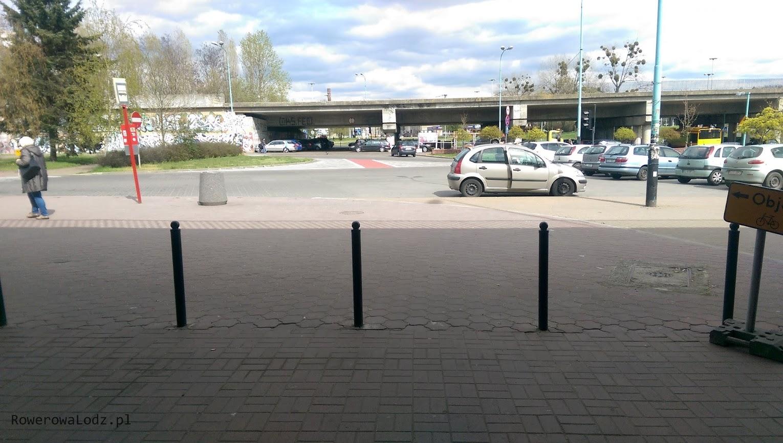 I gry doprowadza do parkingu przed PKP Łódź Kaliska... urywa się