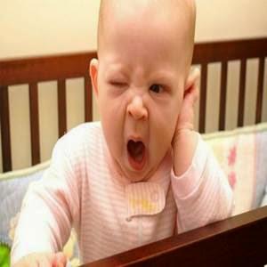 Bebê bocejando
